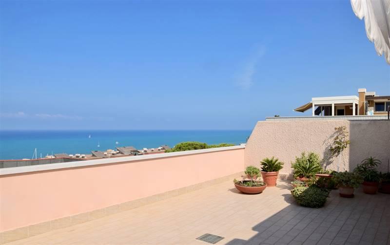 San Vincenzo (LI) - Splendido attico, ampia terrazza con vista mare .